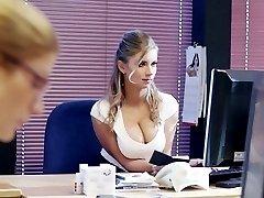 La Guera Tetona es buena secretaria
